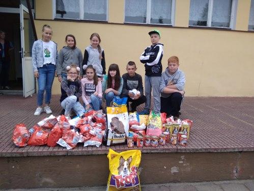Wolontariusze wraz z uczniami e7aaeca0c9c